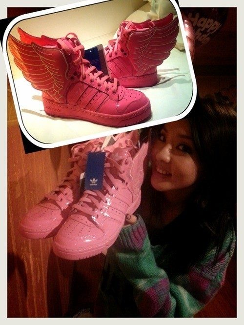 2NE1サンダラパク、世界に1足しかないスニーカーをプレゼントされ大喜び!