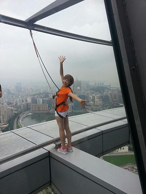 f(x)ビクトリア、高層ビルの屋上で余裕のスマイル!