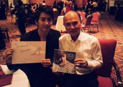 キム・ヒョンジュン(マンネ)、ジミー・チュウ氏との写真を公開!