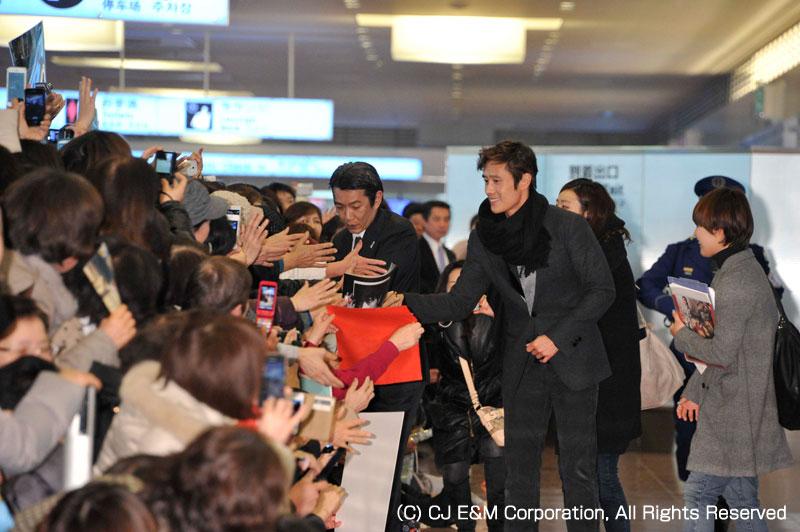 「光海、王になった男」イ・ビョンホン来日に200人のファンがお出迎え