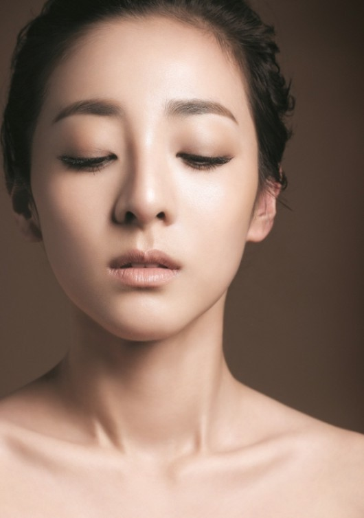 2NE1サンダラ、化粧品モデルで大人の魅力を披露