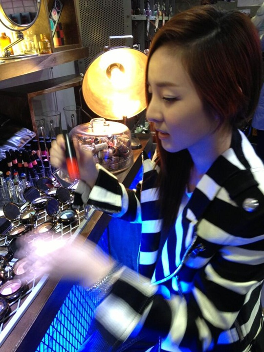 2NE1サンダラ・パク、化粧品に目を奪われる