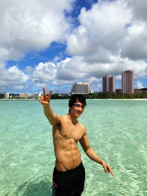 ソン・スンホン、グアムの海でセクシーな肉体美を披露
