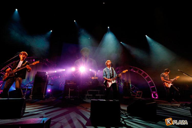 CNBLUE(シーエヌブルー)、オフィシャルファンミーティングで、CNBLUEらしさ満載のステージを披露!