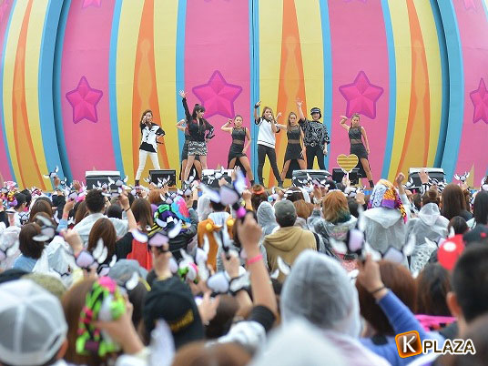 2NE1 大阪UNIVERSAL STUDIOS JAPAN (R)で6,000人のファンを魅了!!