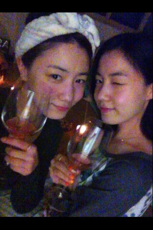 ファヨンとヒョヨン、成人の日に姉妹で乾杯写真を公開!