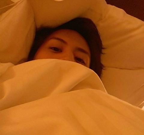 BEAST(ビースト)ヨソプ、顔半分だけ出したベッドの中の寝起き姿を公開