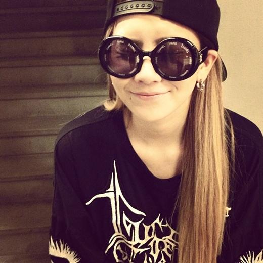 2NE1のCL、全身黒ファッションでキュートなカリスマ
