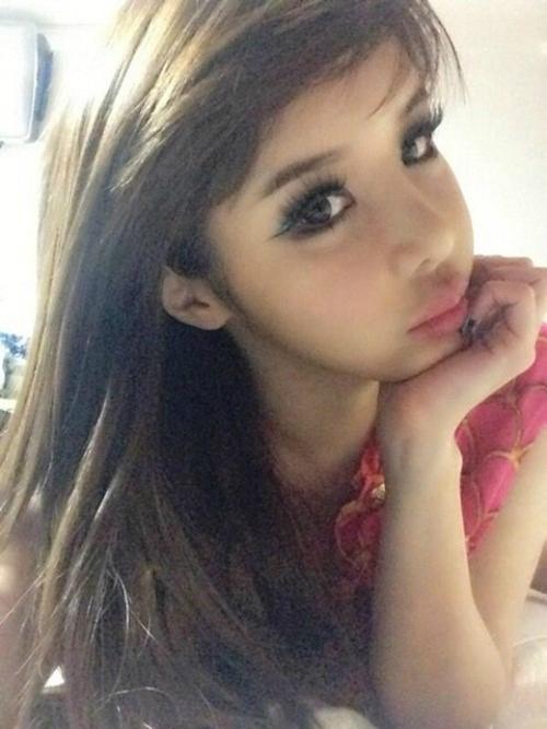 2NE1(トゥエニィワン)のBOM、スモーキーメイクでセクシー&女性美あふれるセルフショット公開!