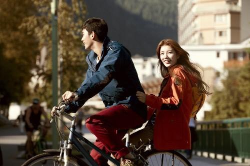 キム・スヒョン&missAスジ、アウトドアブランドの秋冬シリーズカットがかわいすぎと話題に!