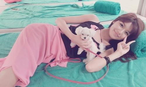 少女時代スヨン、子犬を抱いた近況写真を公開!「横になってもスマート…」