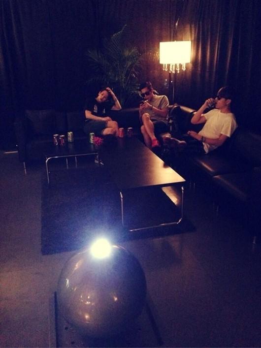 BEAST(ビースト)、カフェのような雰囲気の控室でリラックスモード