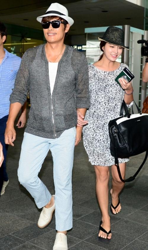 新婚夫婦イ・ビョンホン&イ・ミンジョン、新婚旅行モルディヴから帰国時の空港ファッションが人気に!
