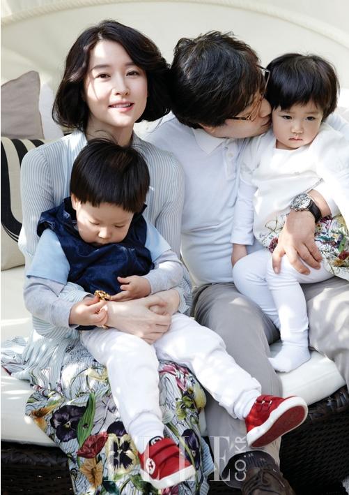 女優イ・ヨンエ、双子の子供と一緒のママの笑顔写真公開!
