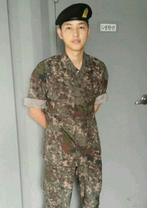 軍入隊の俳優ソン・ジュンギ、軍服を来た凛々しい姿がかっこ良すぎると話題に!
