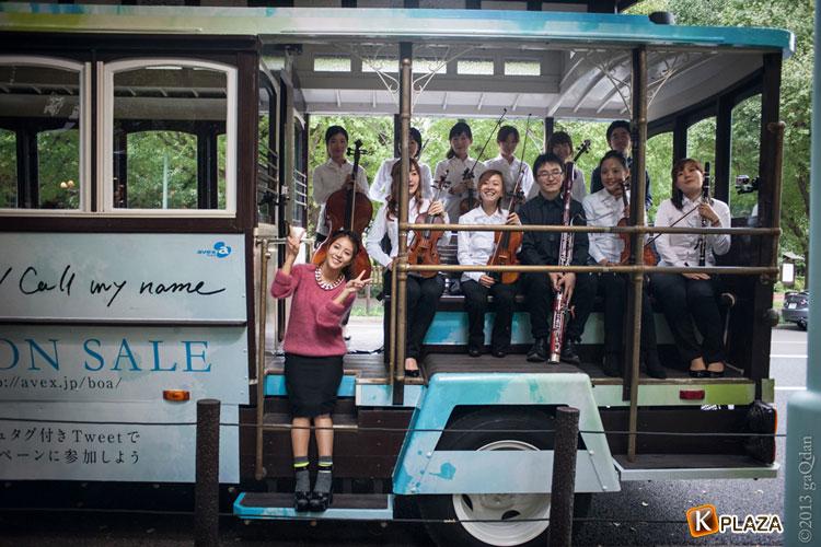 BoA 日本初オーケストラを乗せた新曲「Message」オリジナル・バスが東京都内を走行