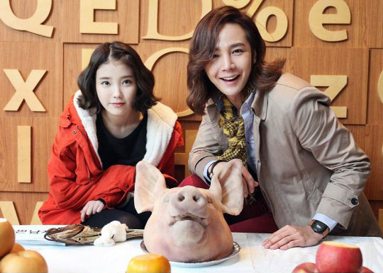 新ドラマ「綺麗な男」チャン・グンソク&IU(アイユー)がドラマの大ヒット祈願で豚の頭の前で認証ショット!