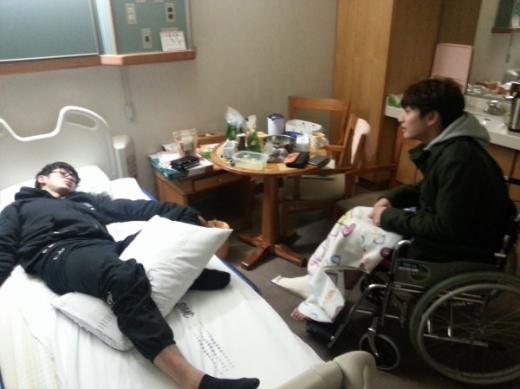 2AMスロン、療養中のジヌンのお見舞い写真を公開!ジヌンの様子はいかに?!