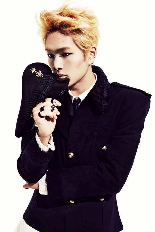 SHINee(シャイニー)オンユのカムバックティーザー写真は「金髪&軍服」で新たな魅力発揮!