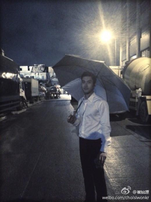 SUPER JUNIOR(スーパージュニア)シウォン、映画撮影現場を公開!「秋雨を浴びながら…」