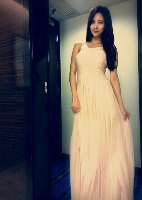 少女時代ソヒョン、まるで女神のような白のロングドレス姿を公開!