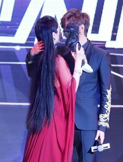 イ・ミンホ、授賞式で中国女優ファン・ビンビンとファン悲鳴の突然のキス?!