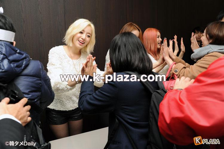 t-araのハイタッチの写真