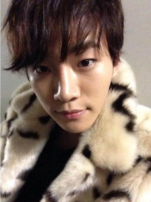 2PMジュノ、フェイクファーでセルフショット!「毛皮じゃないので誤解しないでください」