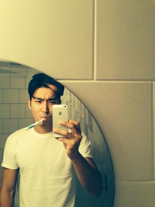SUPER JUNIOR(スーパージュニア)シウォン、歯磨きしながらのイケメン・セルフショット!