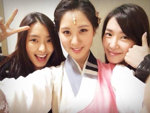 少女時代ティファニー&SISTARボラ、ソヒョンの初ミュージカル「太陽を抱いた月」観覧後の認証ショット公開!