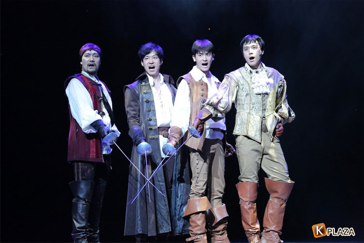 ZE:Aヒョンシクから最新コメントと舞台写真が到着!ミュージカル『三銃士』ついに開幕!