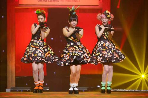 斬新すぎる衣装?!お寿司がデコレートされた衣装を着た韓国アイドルグループORANGE CARAMEL、新曲「CATALLENA」を初披露!